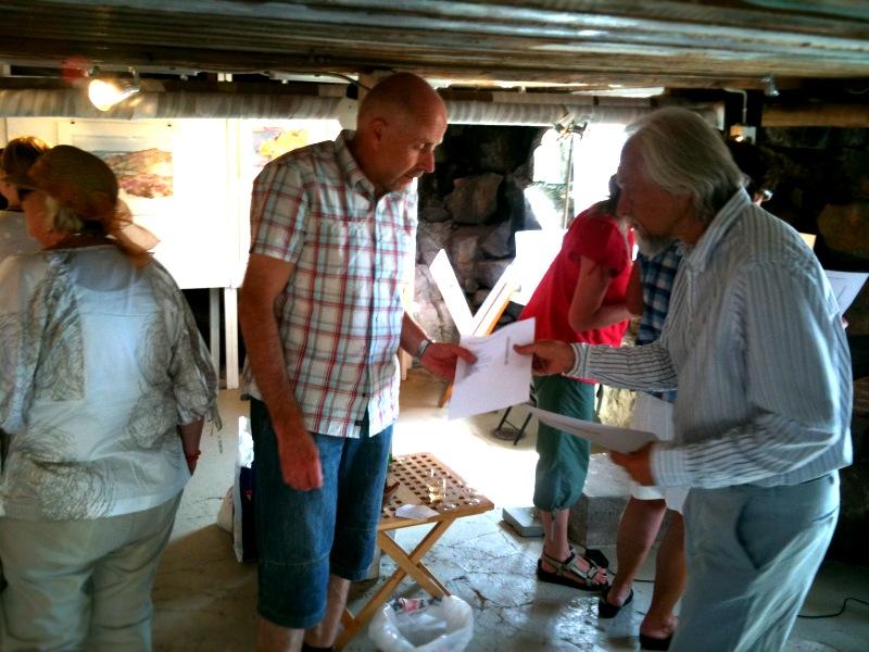 Besökare på Kristian Talviks akvarellutställning i Skärhamn 2010