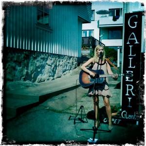 Sofia Talvik spelade live på Kristian Talviks vernissage