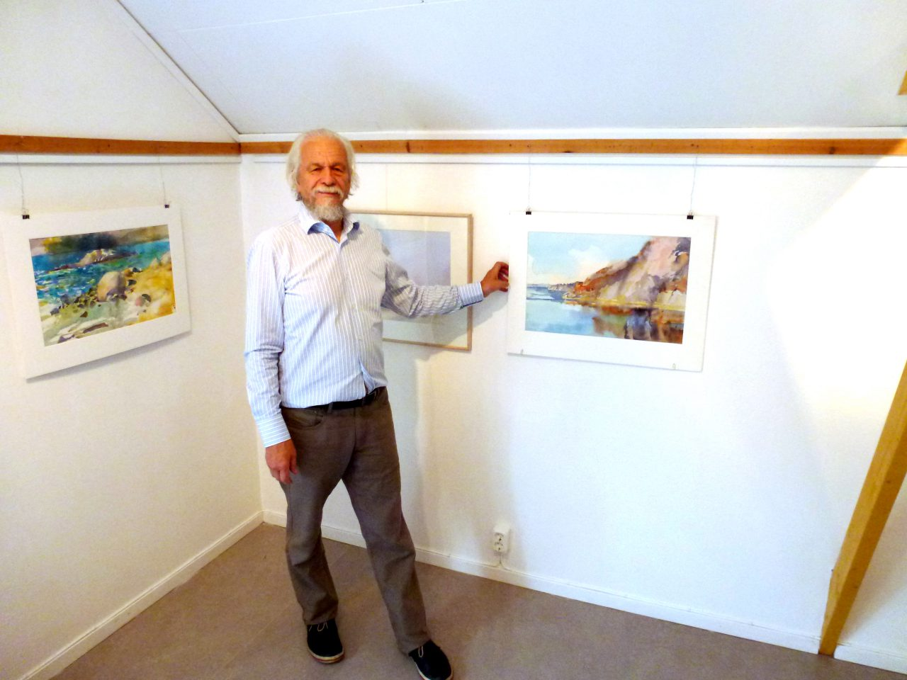 Kristian Talvik vid sina akvareller